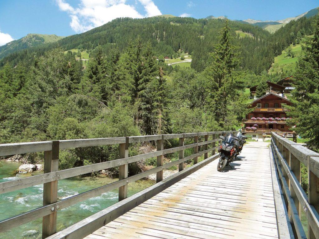Porzucenie głównych dróg to dobry pomysł. Ale gdyby padało, to drewniany mostek zamieni się wlodowisko.