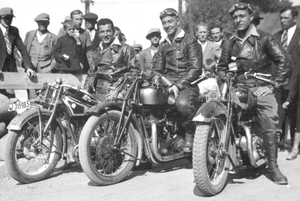 Reprezentacja Polskiego Klubu Motocyklowego podczas wyścigów ulicznych w Tarnowie w 1932 roku.