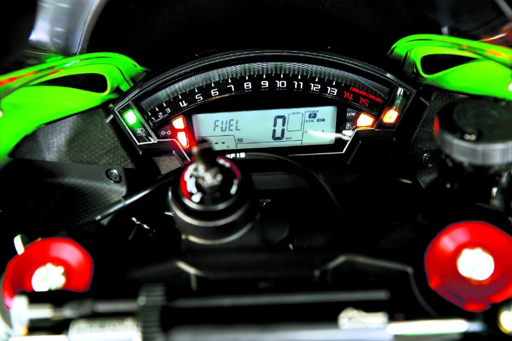 Wątpliwości budzi tylko czytelność obrotomierza, ale gdy trzeba zmienić bieg, cały mruga na czerwono. Po montażu Race Kitu miejsce prędkościomierza zajmuje wyświetlacz biegów.