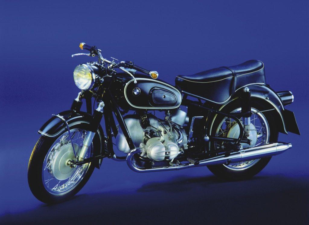 Migacze jako element seryjnego wyposażenia do swoich motocykli pierwsze wprowadziło BMW. W modelu R69 z roku 1955, montowane tylko  na kierownicy, były jeszcze  opcją.