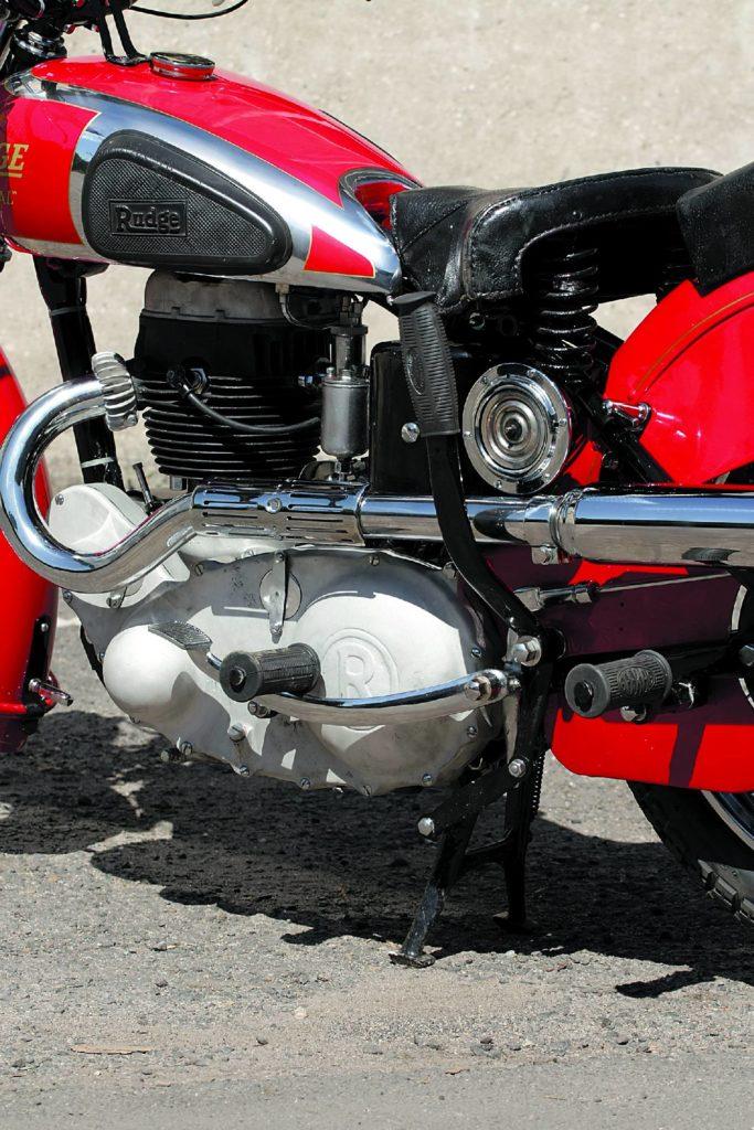 Dźwignia koło siedzenia kierowcy ułatwia stawianie motocykla na podstawce.
