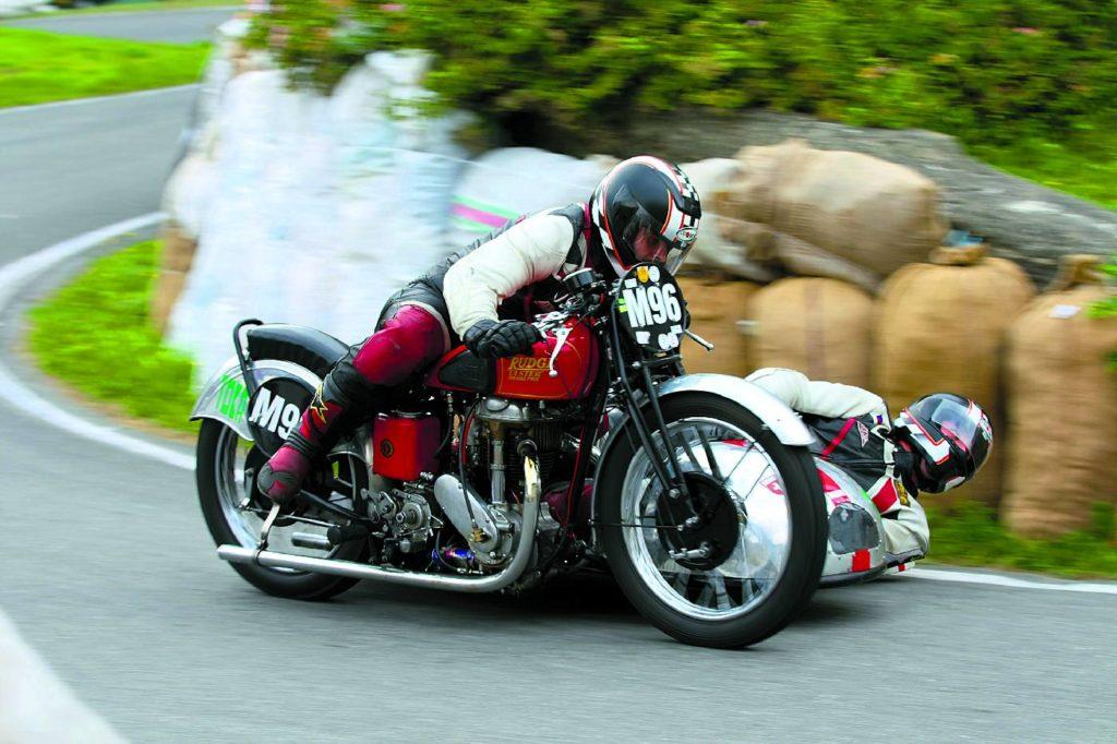 Motocyklom rudge, pomimo wieku, nie brak wigoru. Do dzisiaj ścigają się wClassic Tourist Trophy. Na zdjęciu - Ulster 500 wBrannej (Czechy).