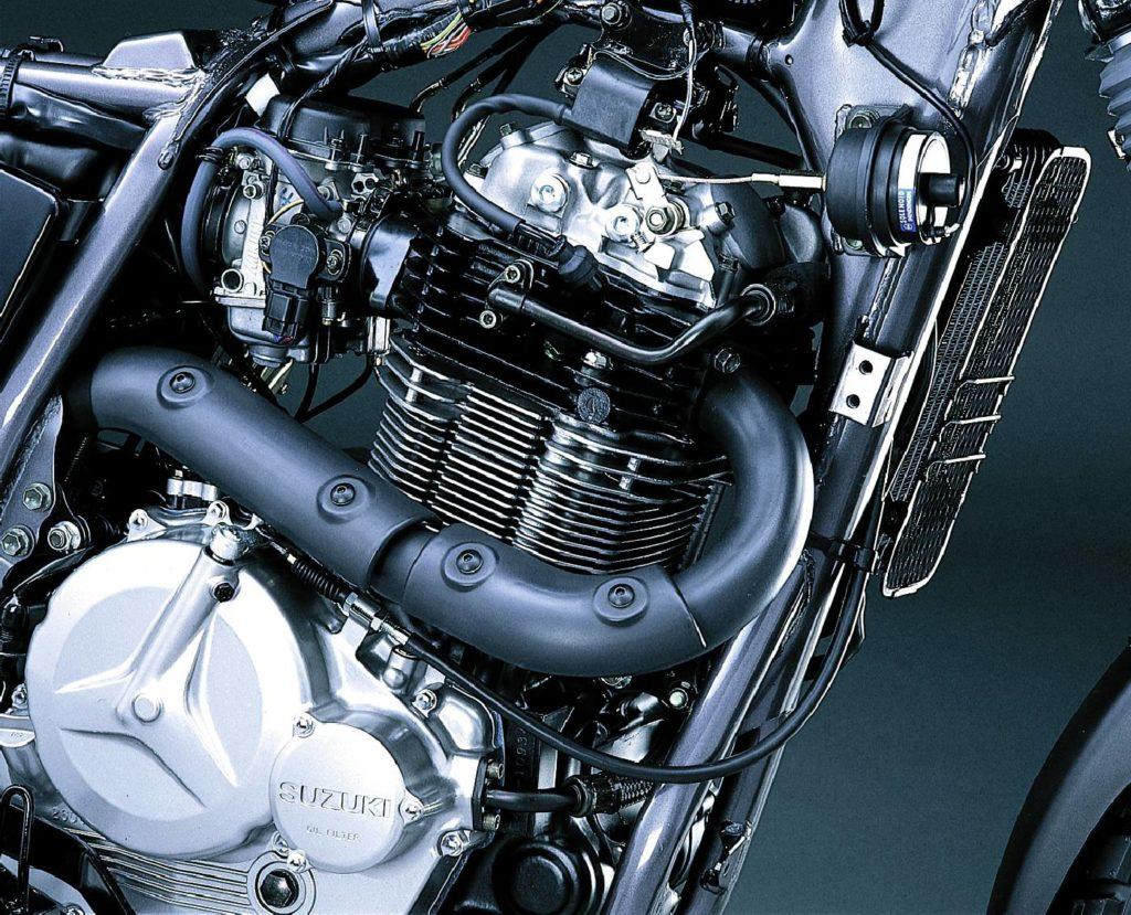 Silnik DR Big 800 zyskał nie tylko na pojemności. W potężnym jednocylindrowcu Zamontowano dekompresor, który ułatwia uruchamianie tego 'olejaka'.