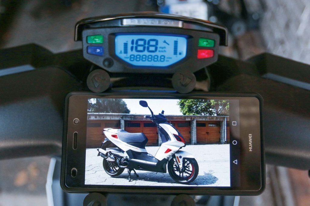 Czytelny wyświetlacz, aprzed nim miejsce na akcesoryjny uchwyt do smartfona.