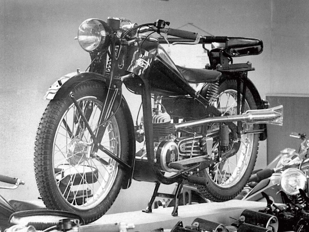 Motocykl MOJ 130 w pełnej krasie.