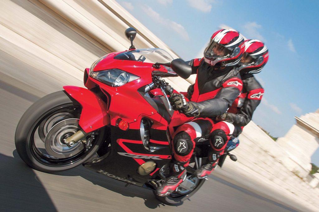 Honda CBR 600F4i maregulowane zawieszenie przednie itylne. Fabryczne ustawienia są miękkie jak na możliwości motocykla.