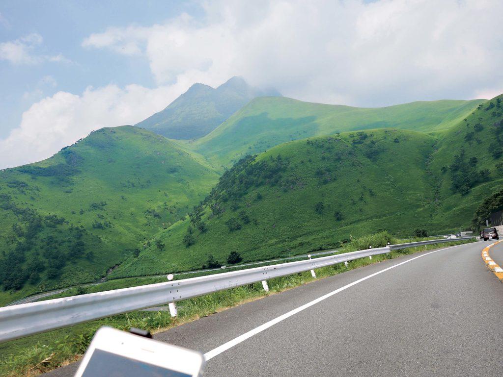Spektakularna zieleń stoków góry Yufu.