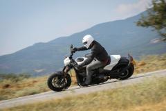 Harley - Davidson FXDR w zakręcie