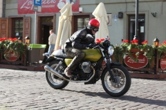 Moto-Guzzi-V7-cafe-ulica