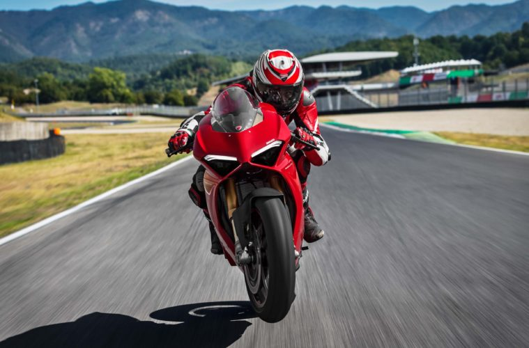 http://swiatmotocykli.usermd.net/wp-content/uploads/2018/11/2018-ducati-panigale-v4-review-fast-facts-9.jpg