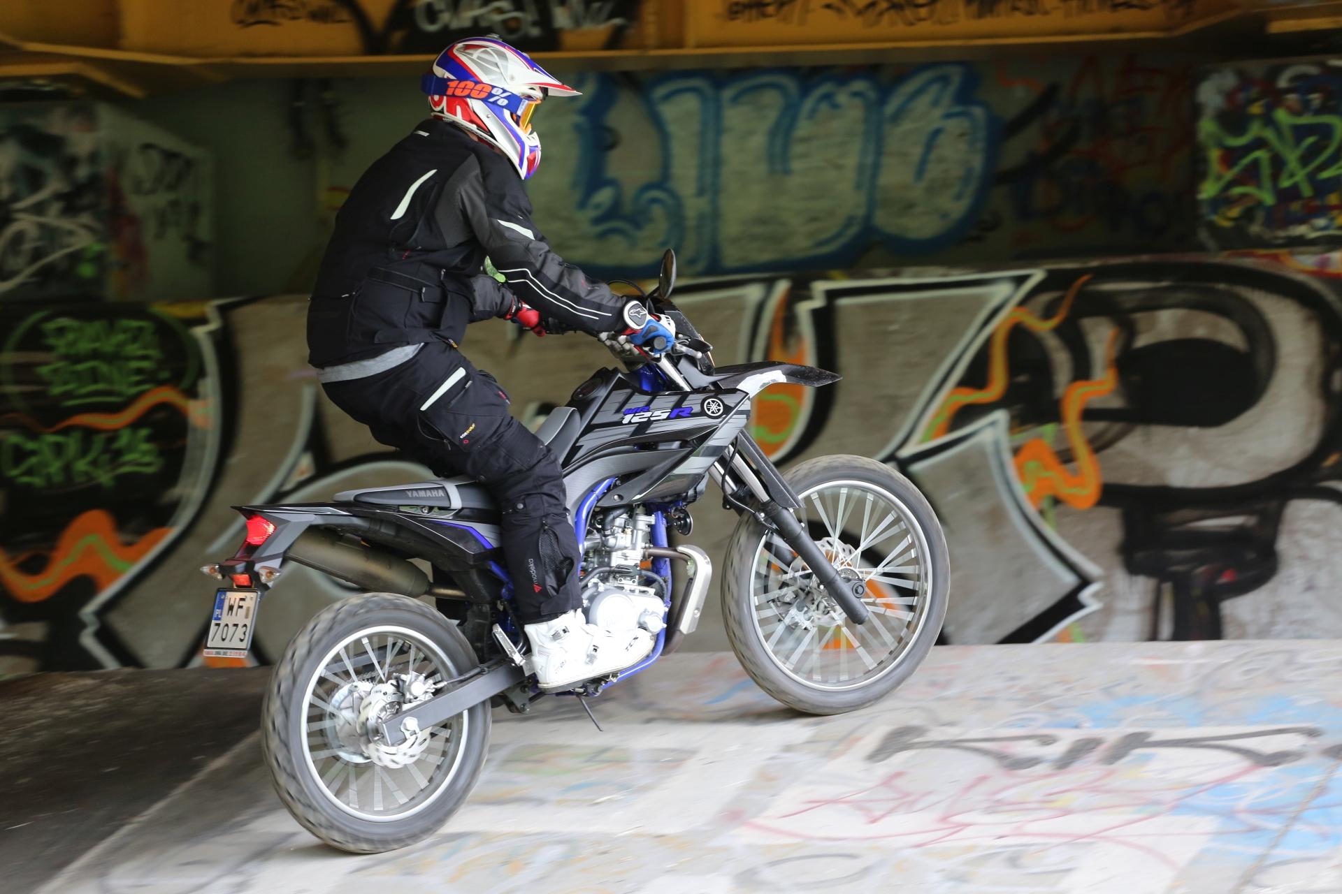 31.05.2016 Warszawa , Motocykl Yamaha WR 125 R . Testuje Tomasz Student Niewiadomski . Fot . Slawomir Kaminski / Agencja Gazeta
