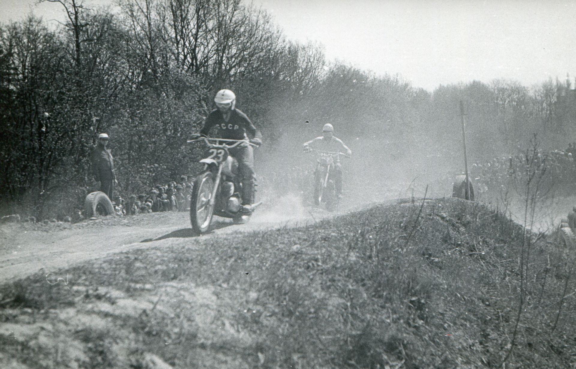 Trudny, pionierski czas dla szczecińskich zawodników zakończył się w drugiej połowie lat 50. wraz z rozpoczęciem produkcji w tym mieście motocykli Junak. To był przełom w wielu motocyklowych dziedzinach, złote lata (1958 – 1965) szczecińskiego motocyklizmu.