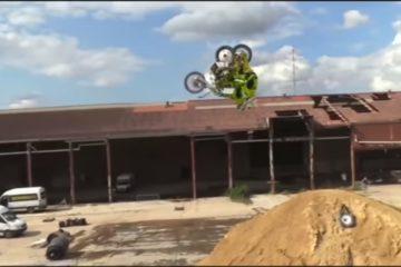 backflip na motocyklu