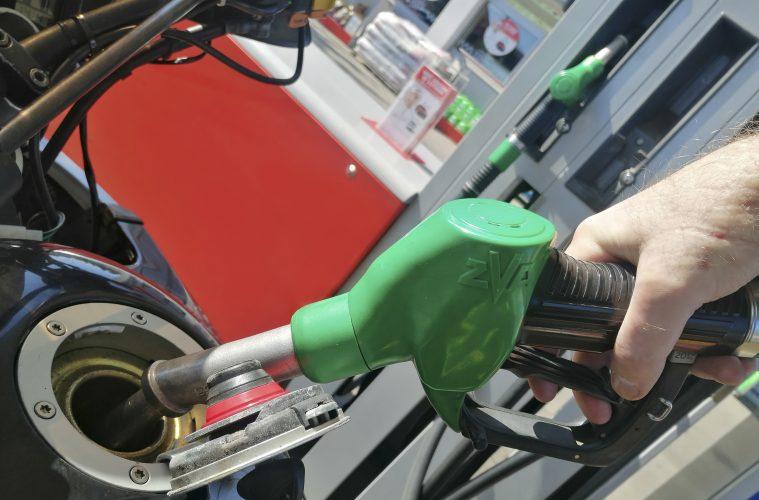 Spadek ceny paliw