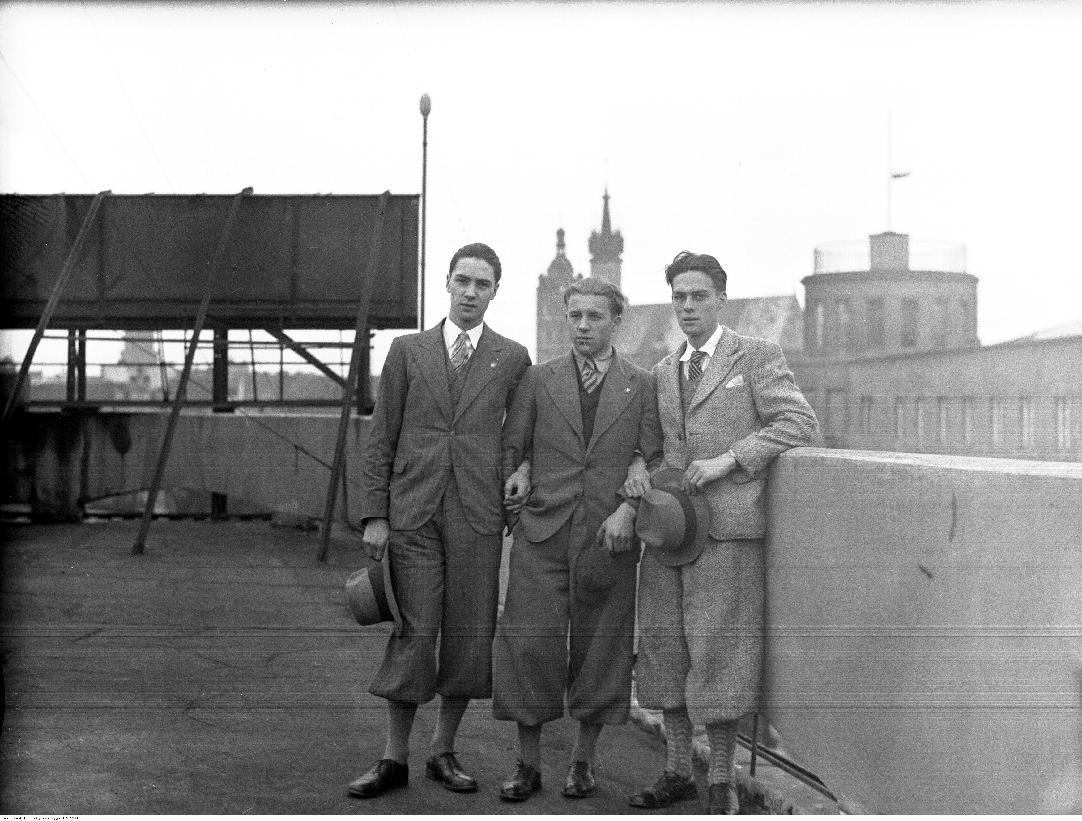 Erwin (pierwszy od lewej) i Alfred (trzeci od lewej) na dachu Pałacu Prasy w Krakowie. Październik 1934 roku.