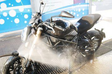 Mycie motocykla na myjni