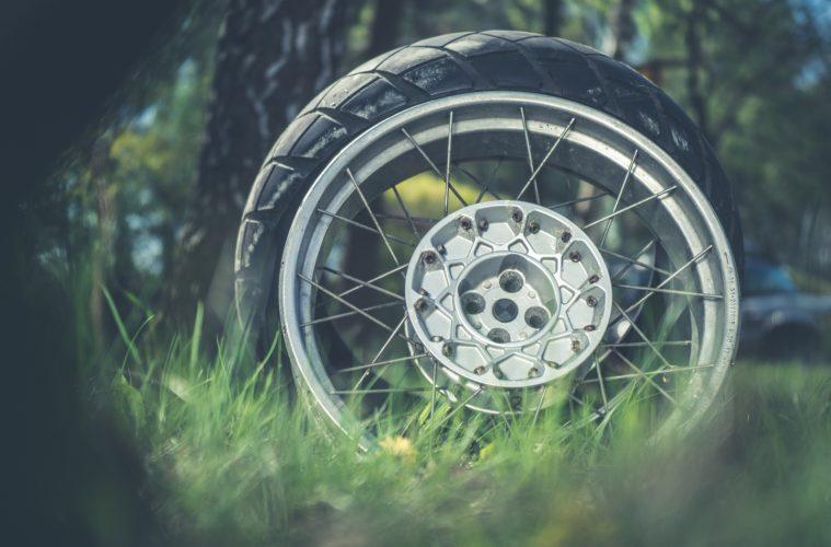 Jak zdjąć oponę motocyklową w terenie? zdjęcia: Tobiasz Kukieła