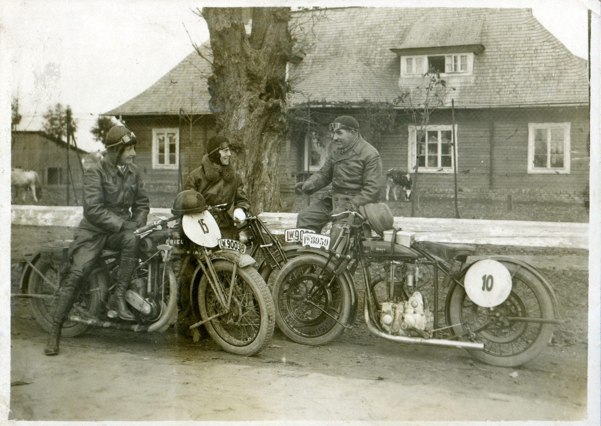 Od prawej: Edward Kustanowicz przy swoim motocyklu FN (sport), Janina Loteczkowa na wyścigowym motocyklu Cotton, Tadeusz Rudawski na motocyklu Ariel.