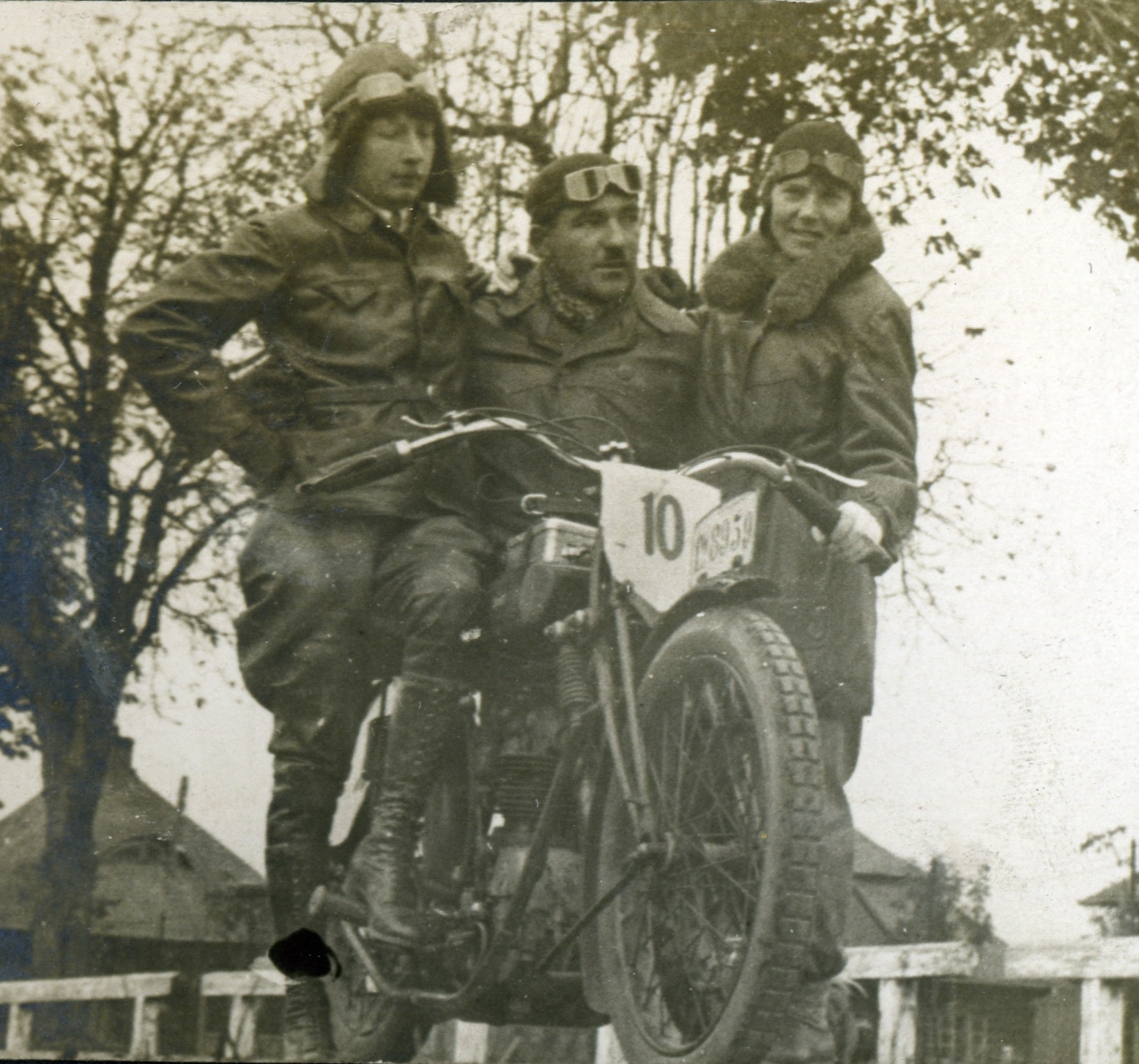 Kwiat lwowskiego motocyklizmu przełomu lat 20. i 30., od lewej: Rudawski, Kustanowicz, Loteczkowa.