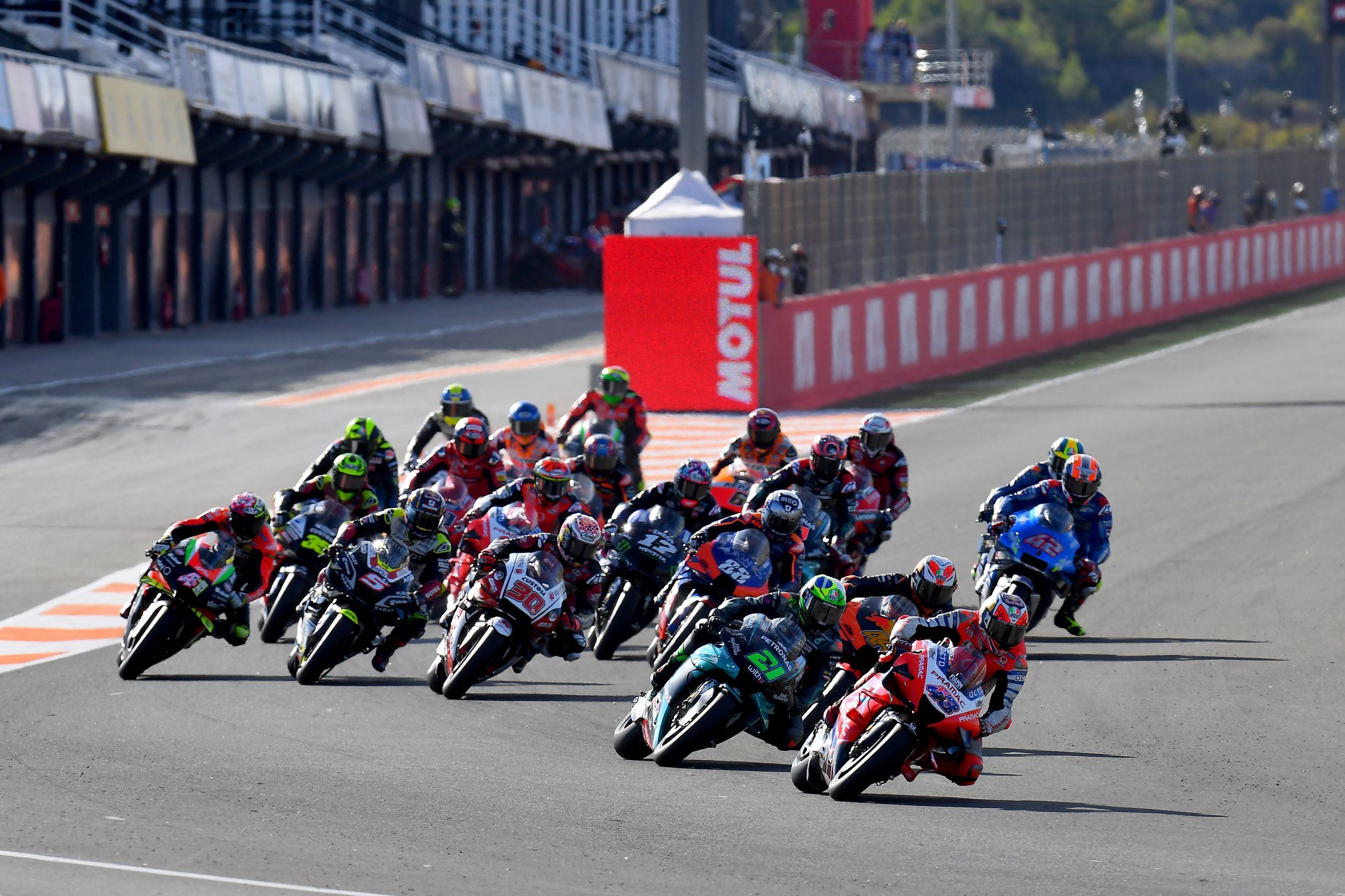 Jack Miller prowadzący w pierwszym zakręcie wyścigu MotoGP o GP Walencji 2020