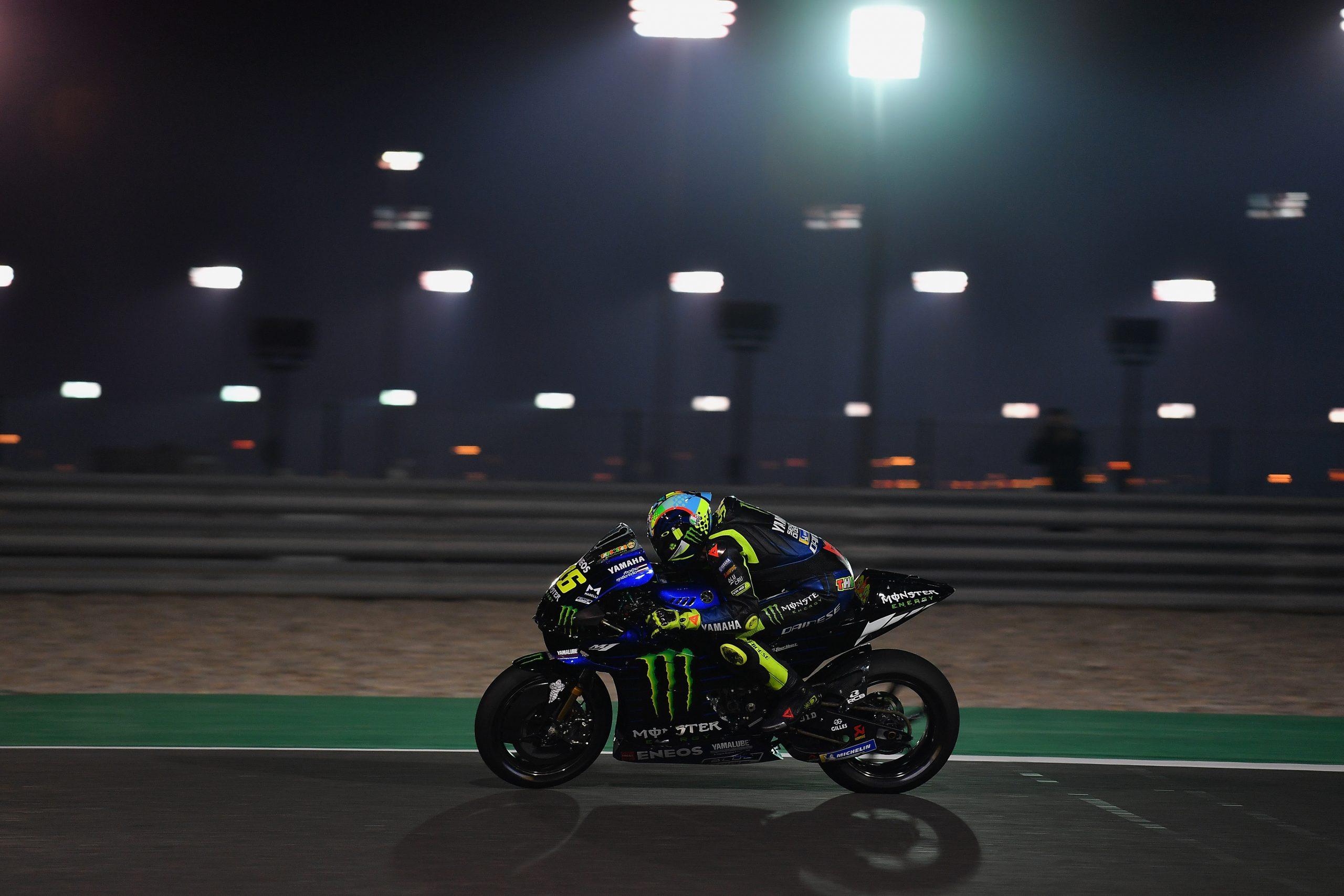 Valentino Rossi w akcji przy sztucznym oświetleniu toru Losail – testy MotoGP w Katarze