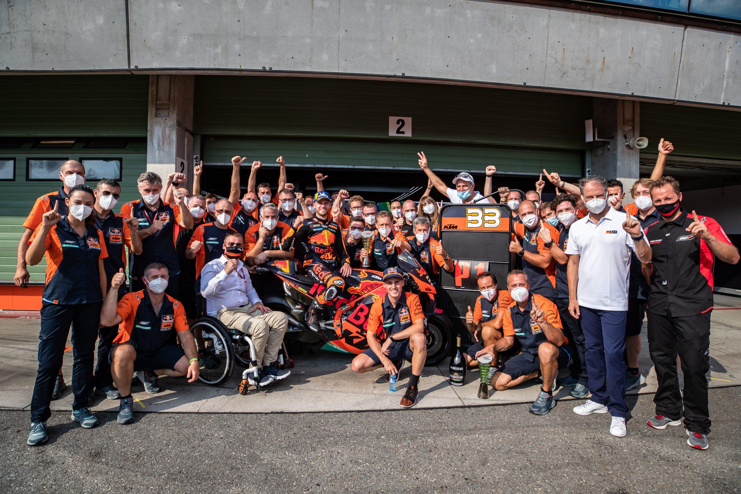 Brad Binder i KTM świętujący pierwsze zwycięstwo w MotoGP podczas GP Czech w 2020 roku