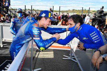Davide Brivio i Joan Mir świętujący mistrzostwo Suzuki w MotoGP w sezonie 2020