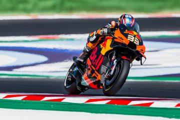 Brad Binder w akcji na motocyklu KTM RC16 podczas rundy MotoGP na torze Misano we Włoszech