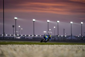 Joan Mir na Suzuki w akcji o zachodzie słońca – testy MotoGP na torze Losail w Katarze w 2020 roku