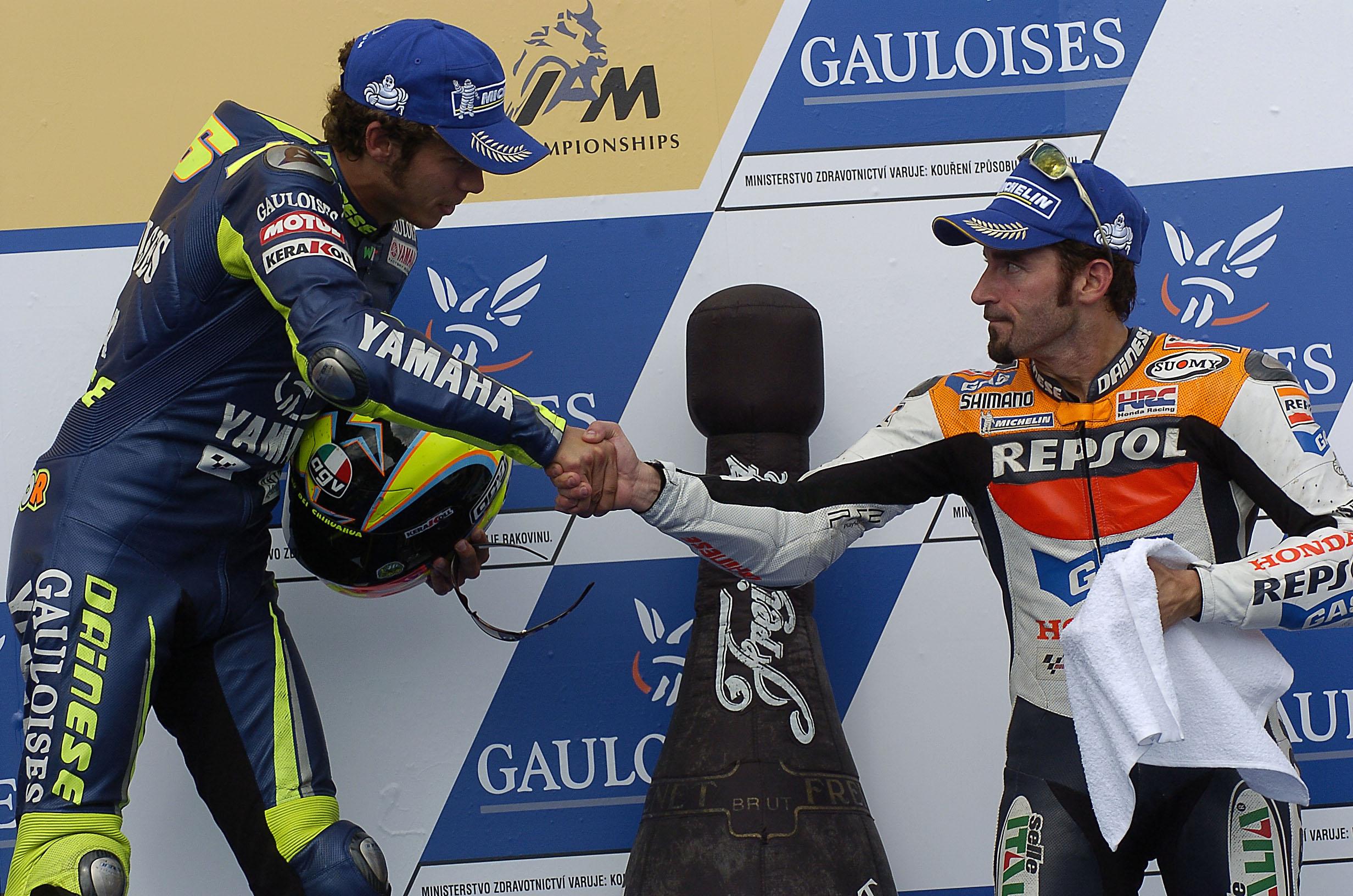 Valentino Rossi i Max Biaggi po wyścigu MotoGP o GP Czech w 2005 roku