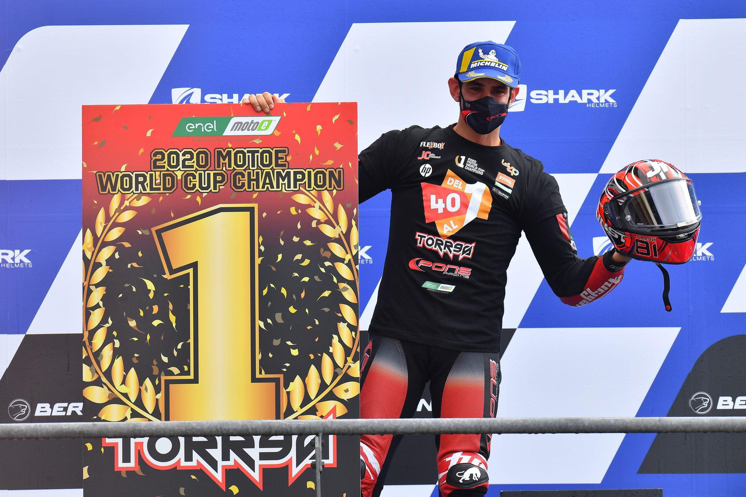 Jordi Torres na podium toru Le Mans po zdobyciu mistrzostwa MotoE w 2020 roku