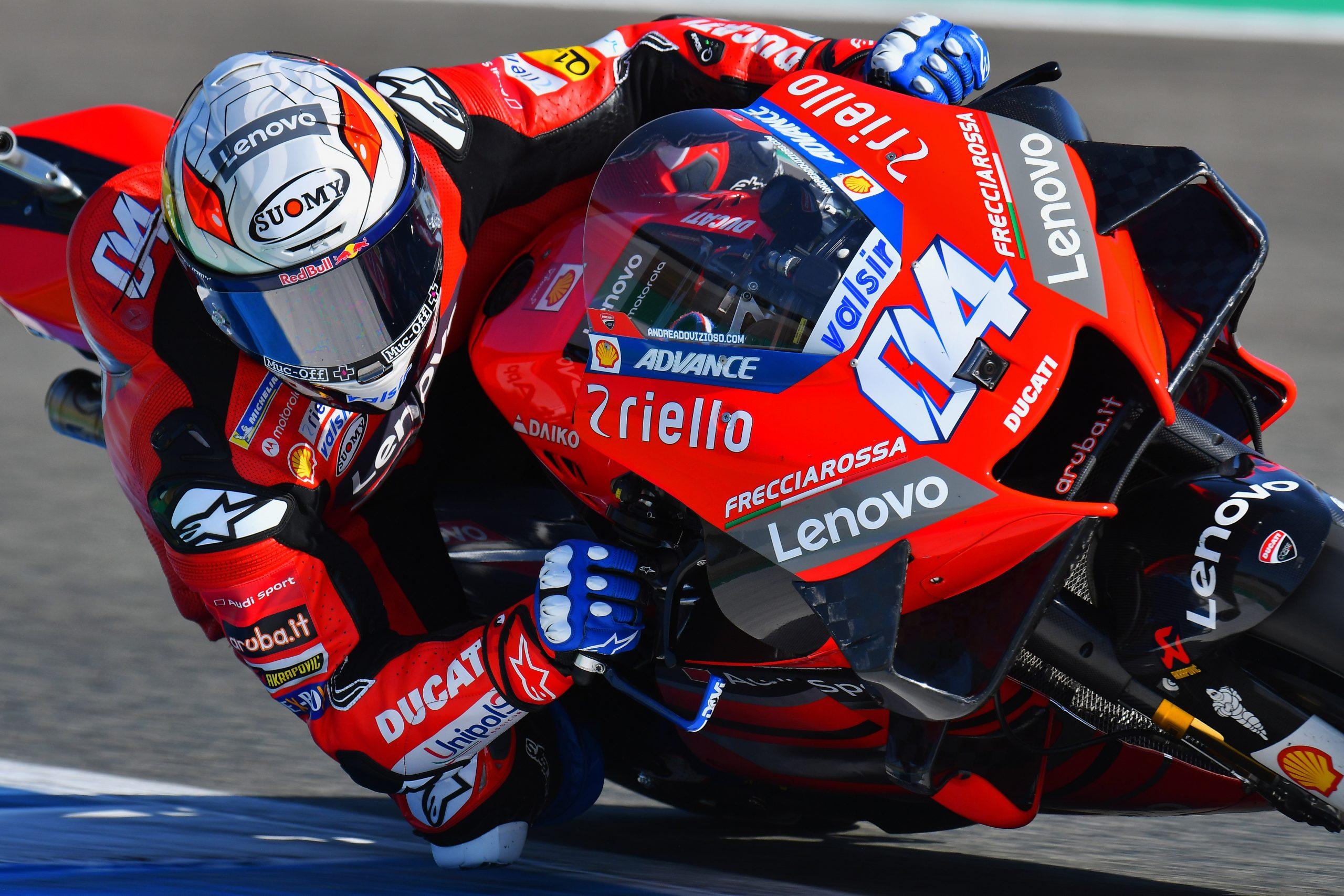 Andrea Dovizioso z logiem Muc-Off na kasku w sezonie 2020 MotoGP