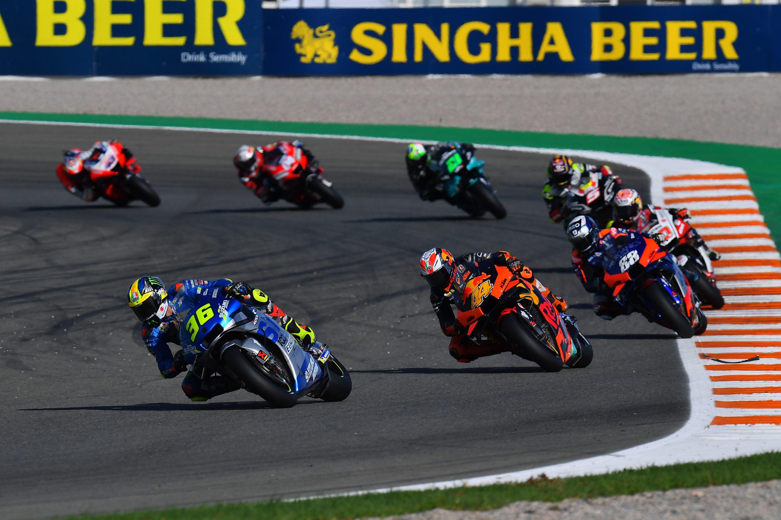 Joan Mir przed grupą zawodników MotoGP w sezonie 2020 na torze w Walencji