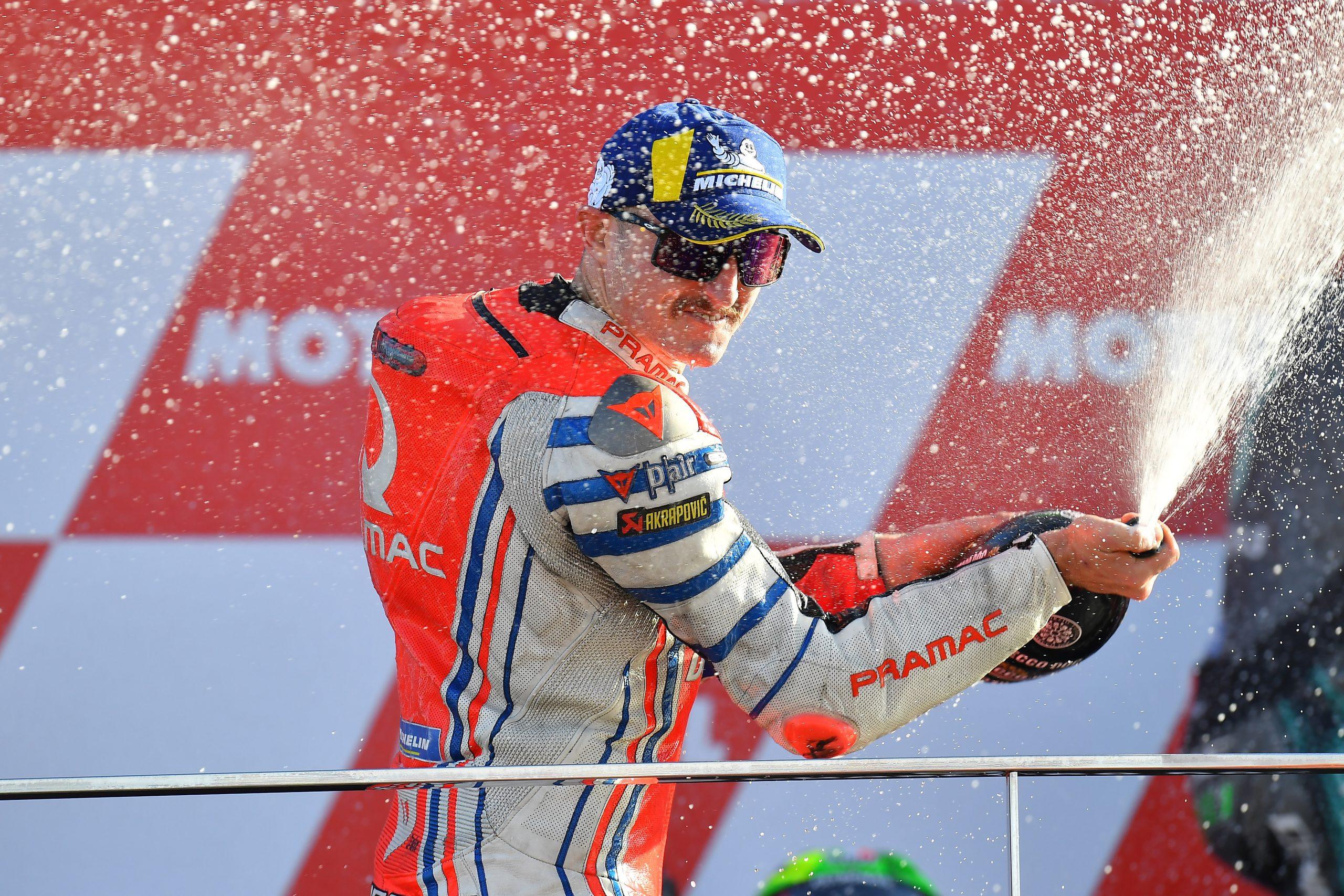 Jack Miller świętujący na podium po wyścigu MotoGP w Walencji w 2020