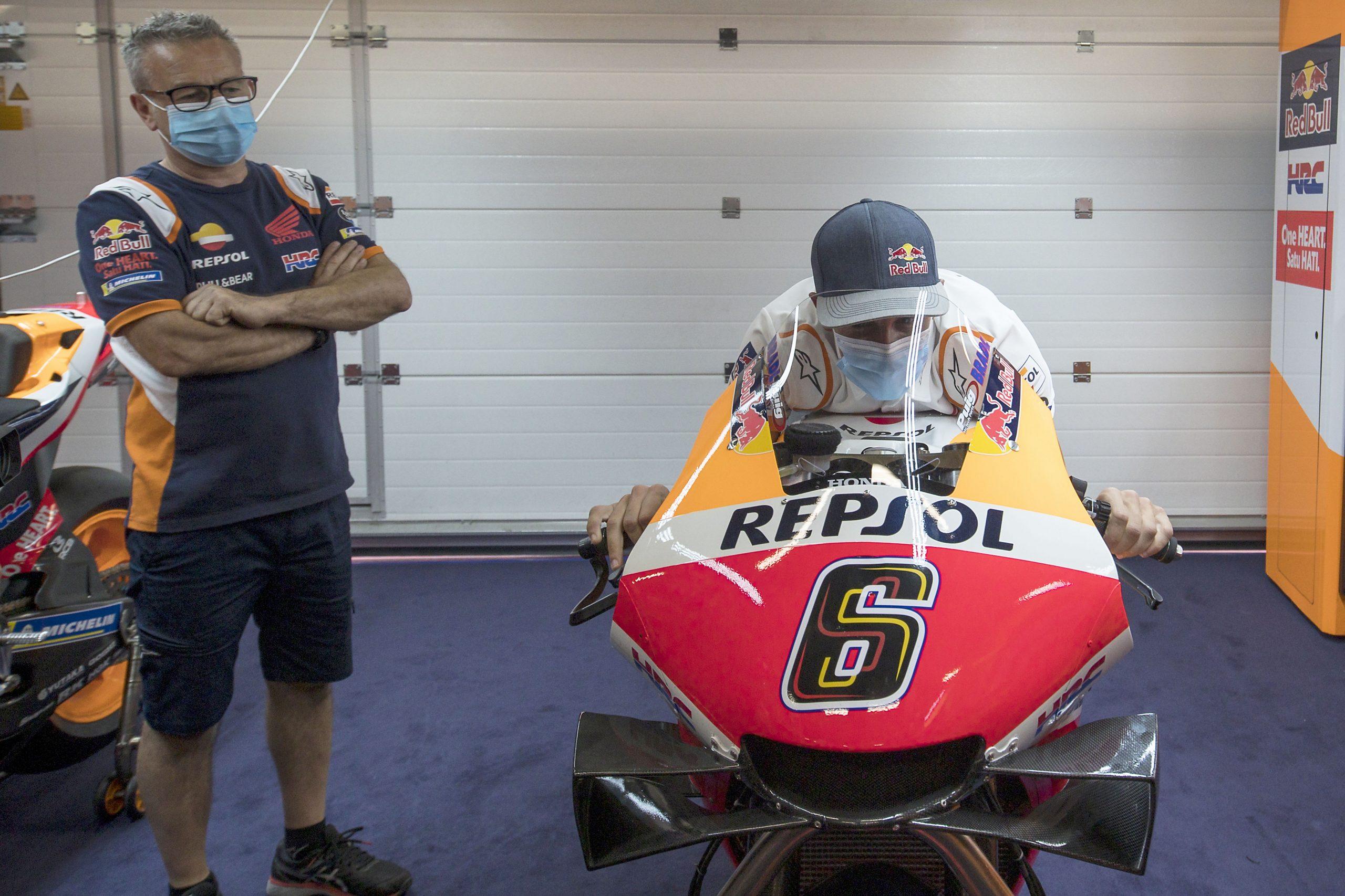 Marquez przymierzający się do swojego/Stefana Bradla motocykla w sezonie 2020 podczas GP Katalonii