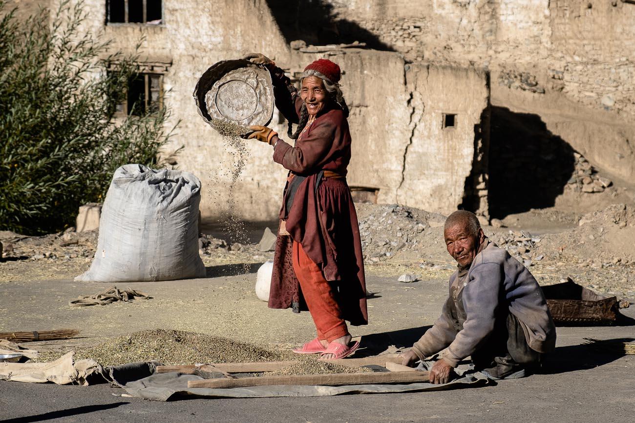 LOKALNI MIESZKAŃCY pracujący w wiosce Lamayuru.