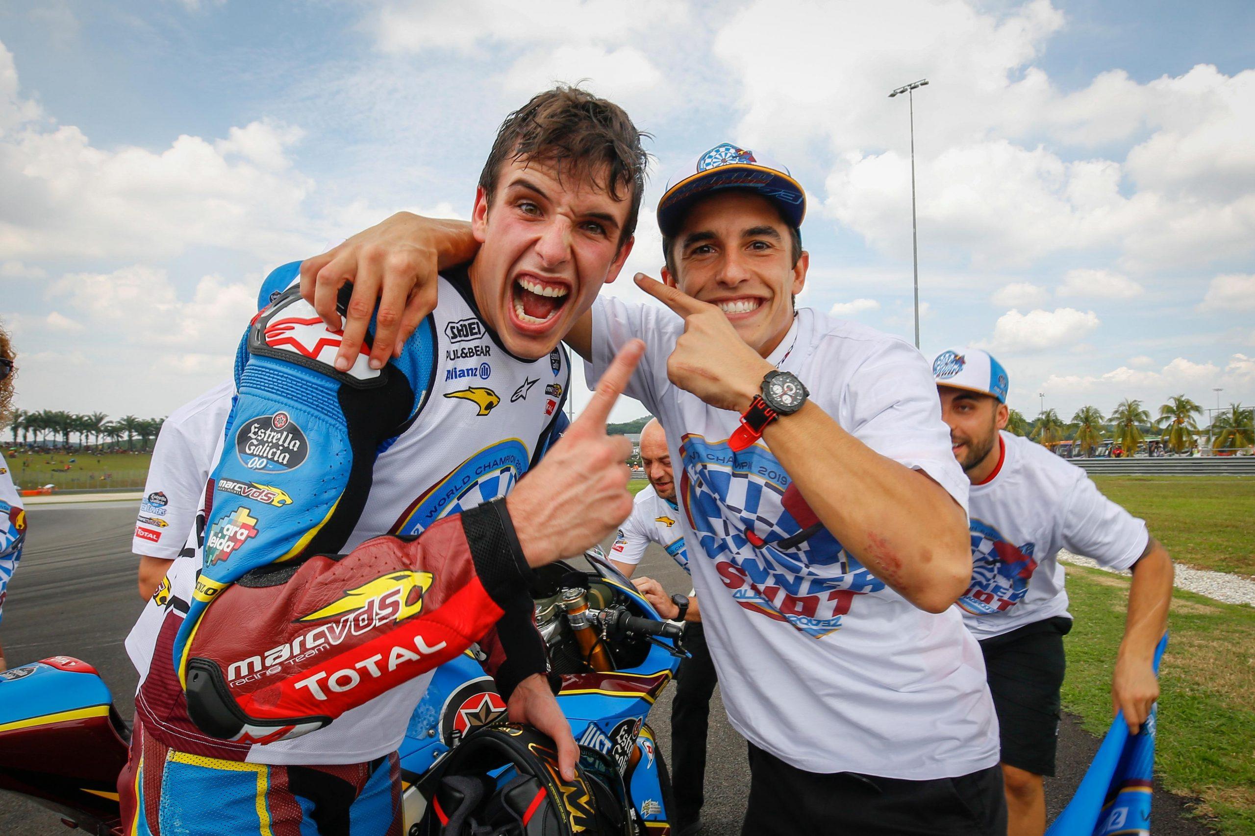 Alex Marquez i Marc Marquez świętujący mistrzostwo w 2019
