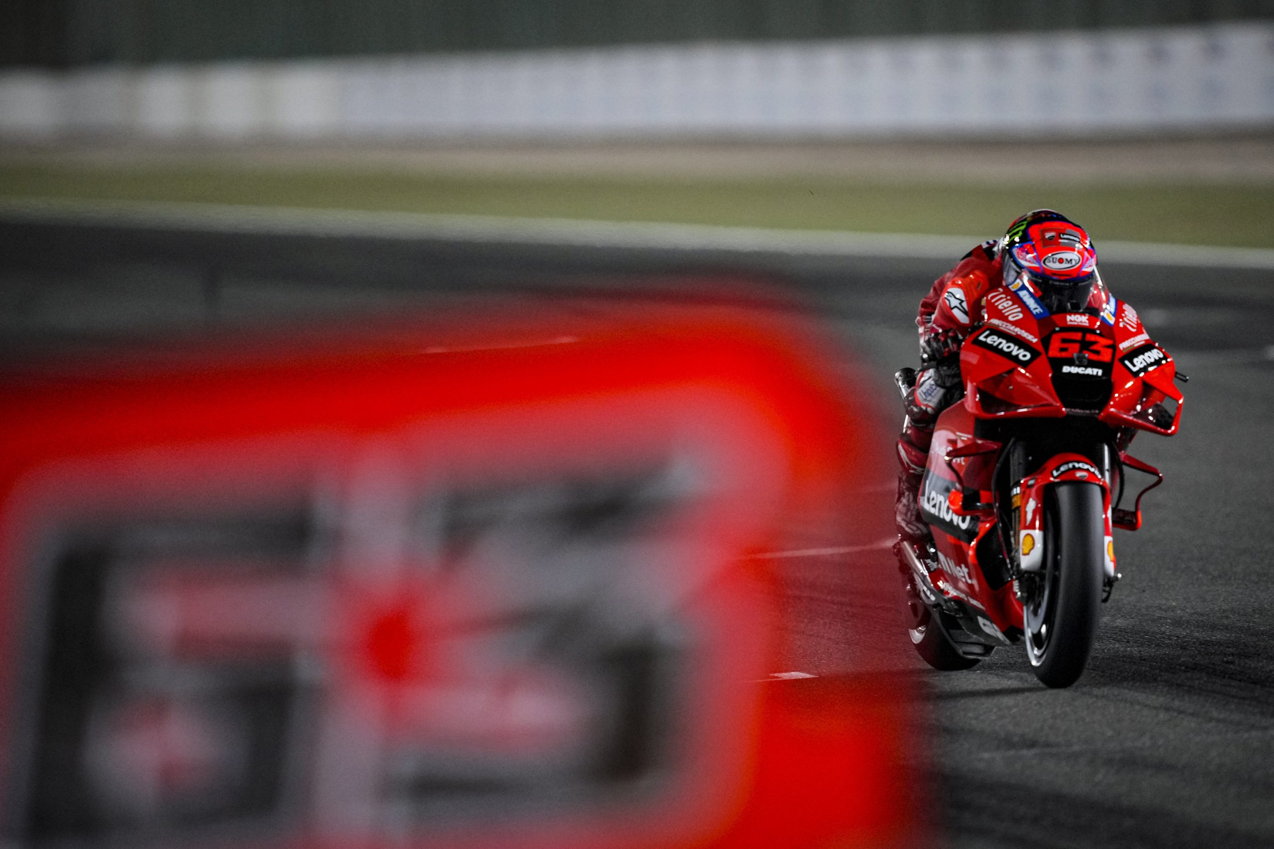 Francesco Bagnaia z pole position na podium w Katarze