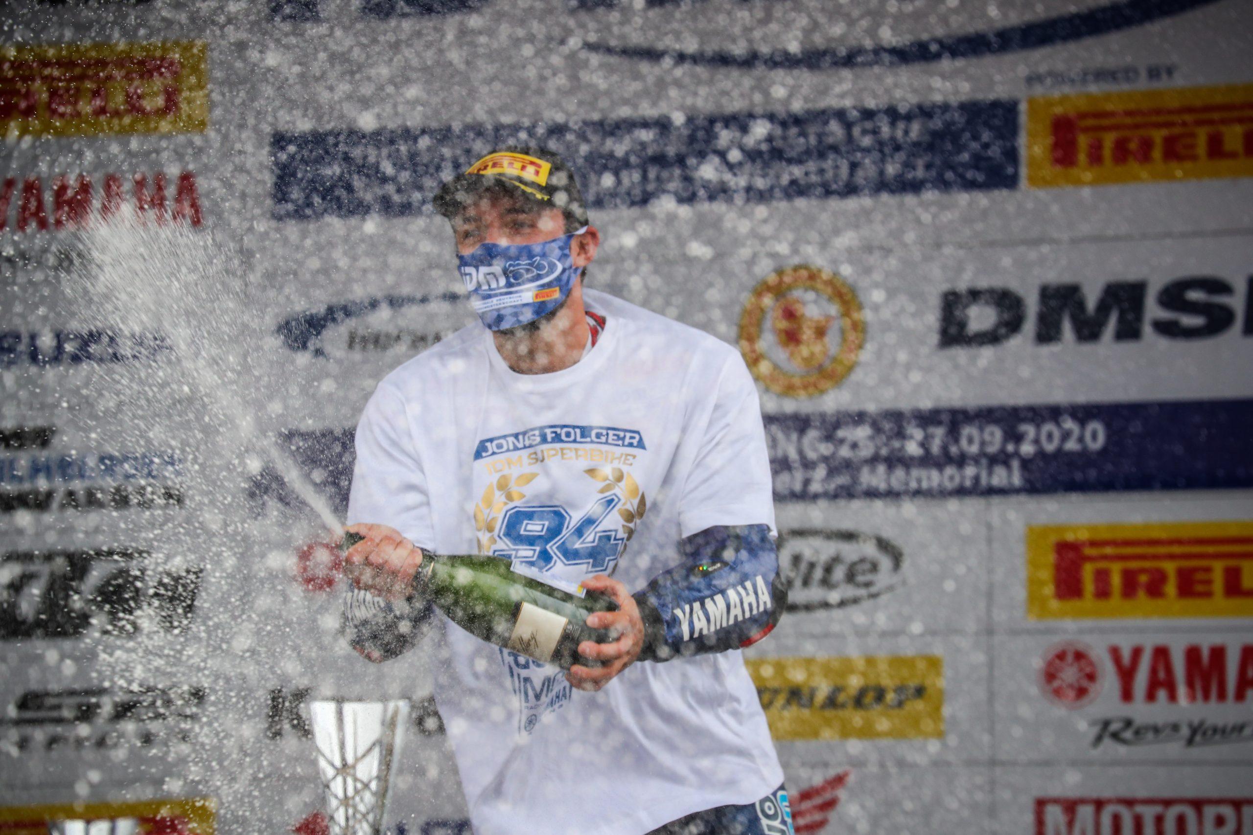 Jonas Folger świętujący mistrzostwo niemieckich Superbike'ów w 2020 roku