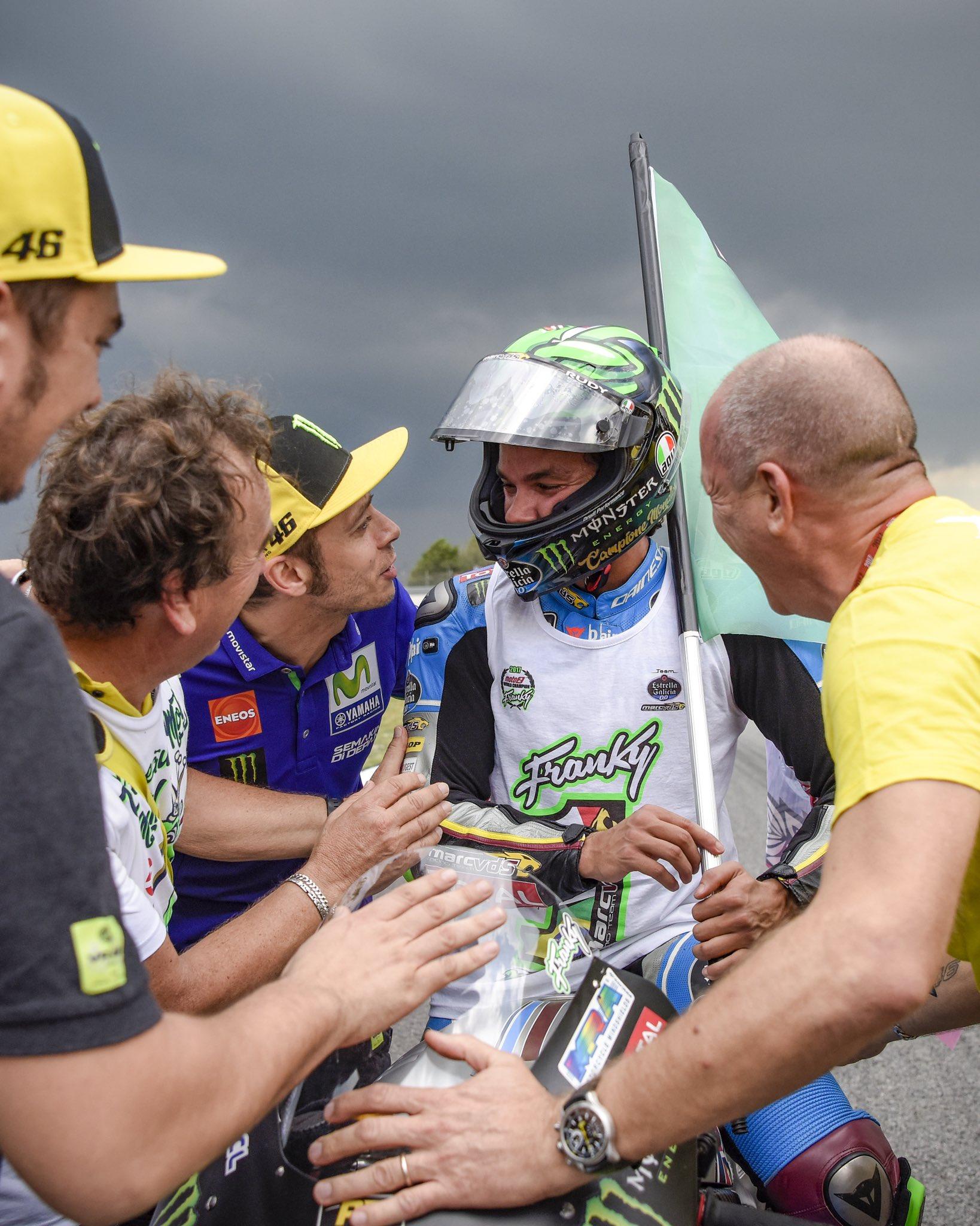 Franco Morbidelli po wywalczeniu mistrzostwa Moto2 w 2017 i Valentino Rossi