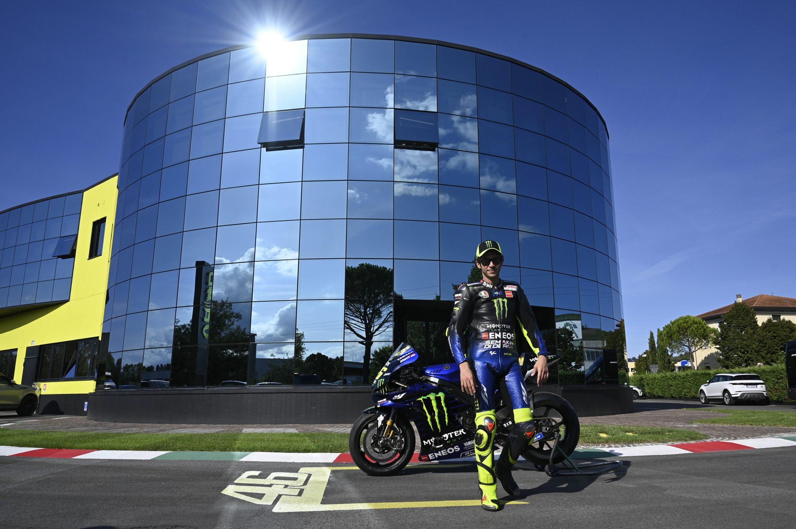 Valentino Rossi przed siedzibą VR46