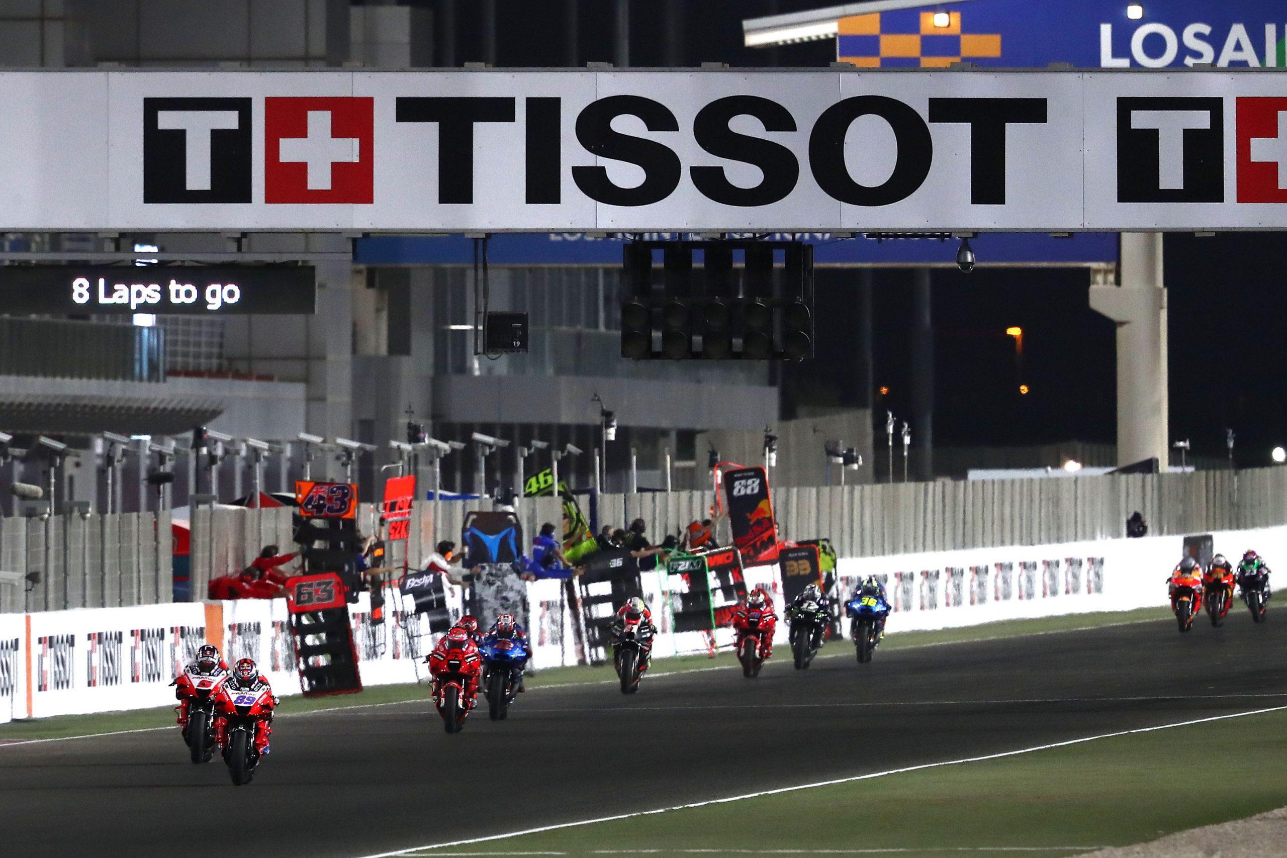 Zawodnicy MotoGP na prostej startowej toru Losail