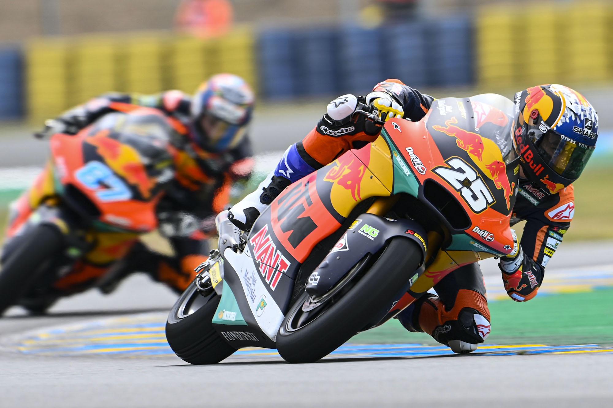 Raul Fernandez przez Remym Gardnerem w wyścigu Moto2 o GP Francji
