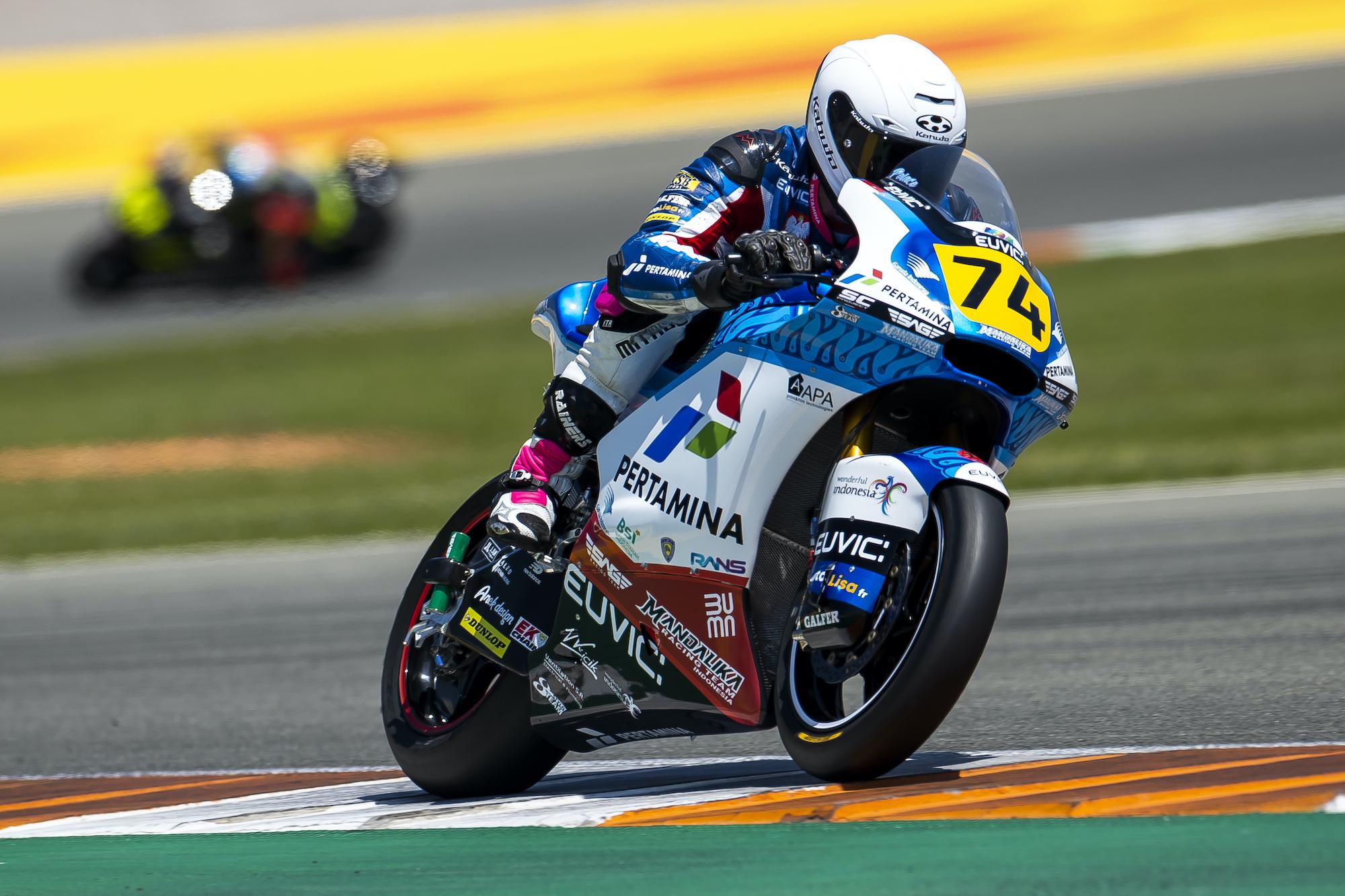 Piotr Biesiekirski w akcji podczas rundy ME Moto2 w Walencji