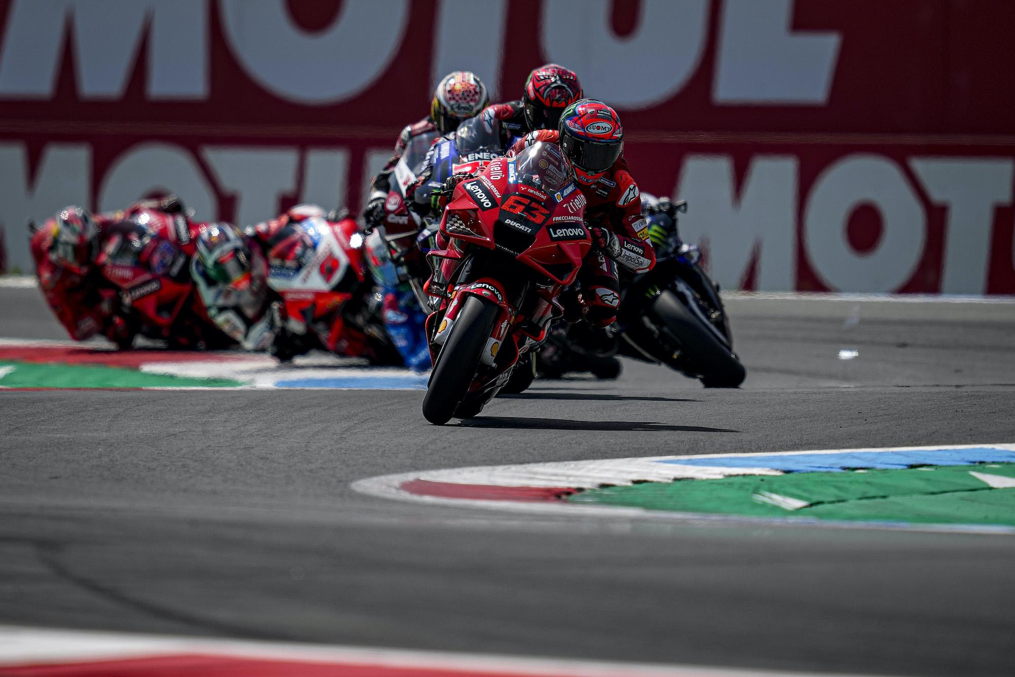 Pecco Bagnaia na czele wyścigu MotoGP w Assen
