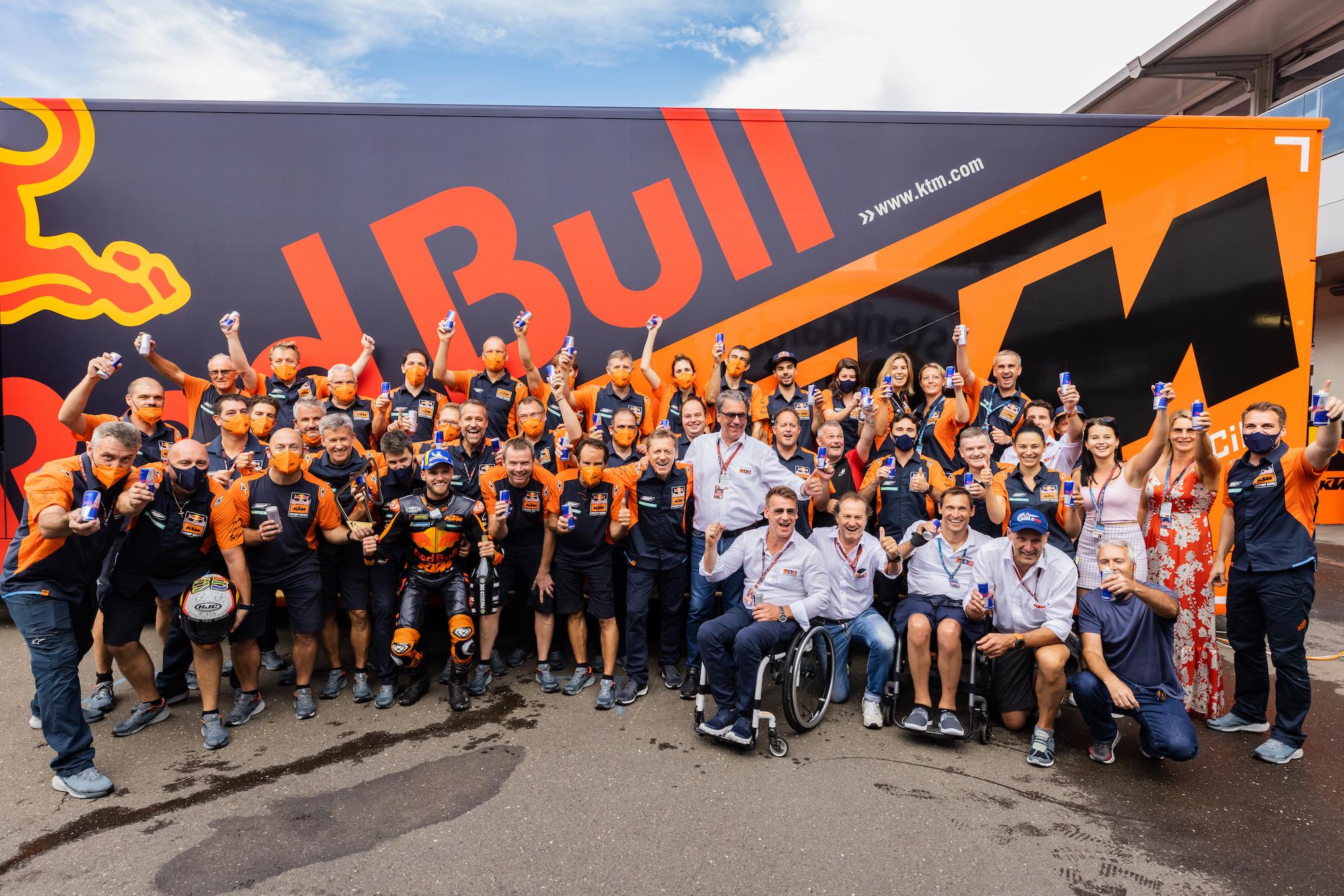 KTM świętujący zwycięstwo w GP Austrii 2021 z Bradem Binderem