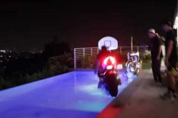 Ducati Panigale V2 utopione w basenie