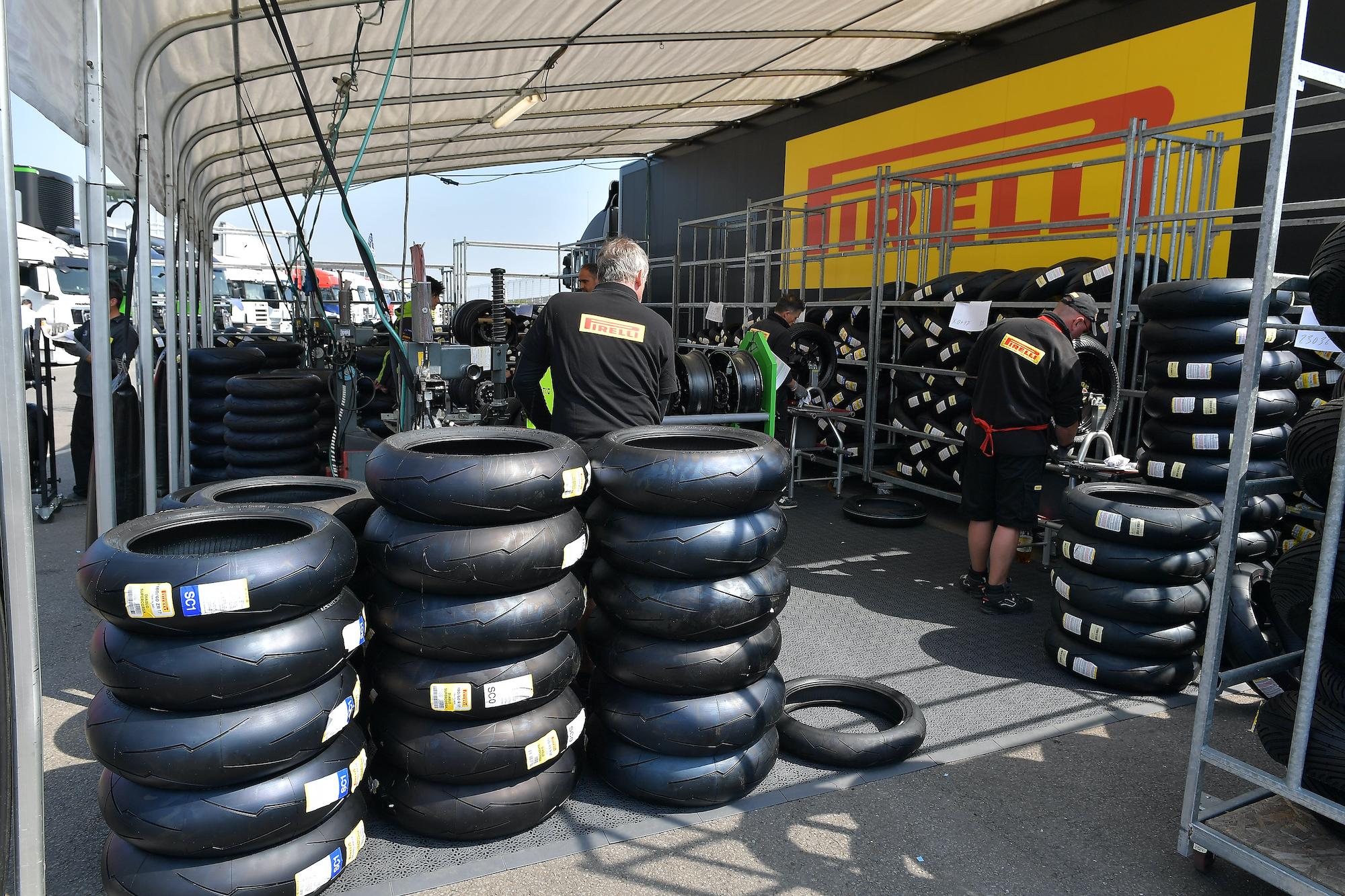 Opony Pirelli w paddocku WSBK